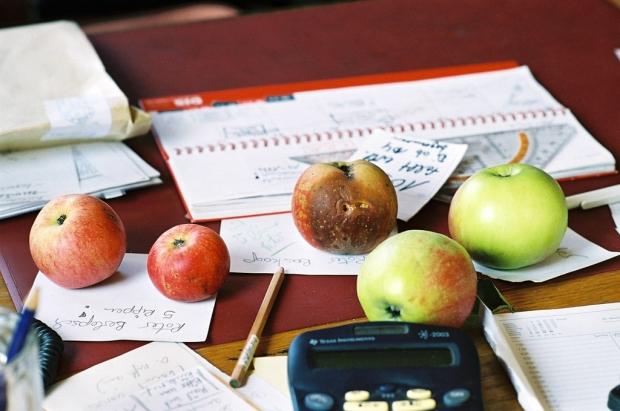 Foto: Äpfel auf dem SChreibtisch liegend