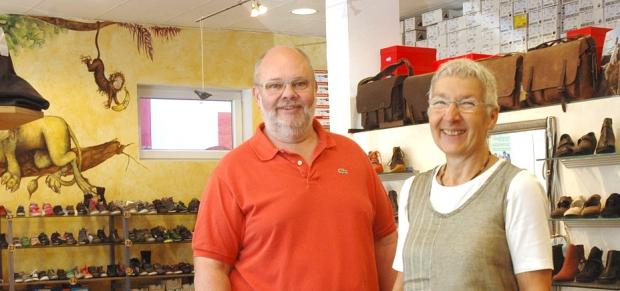 Foto von Simon und einer Mitarbeiterin im Laden