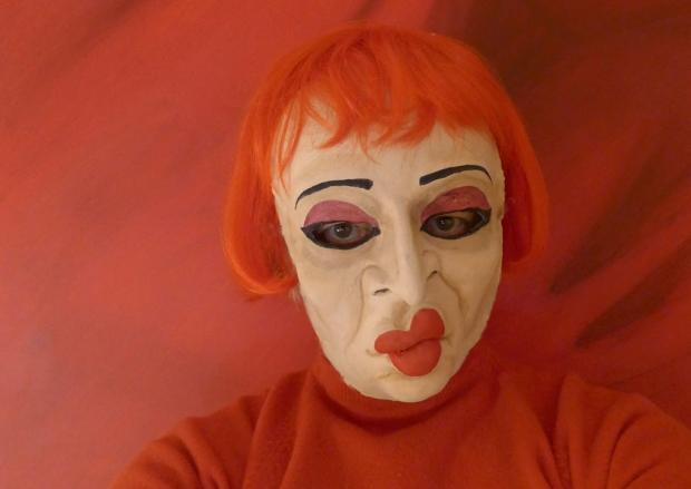 Foto einer Frau mit Maske